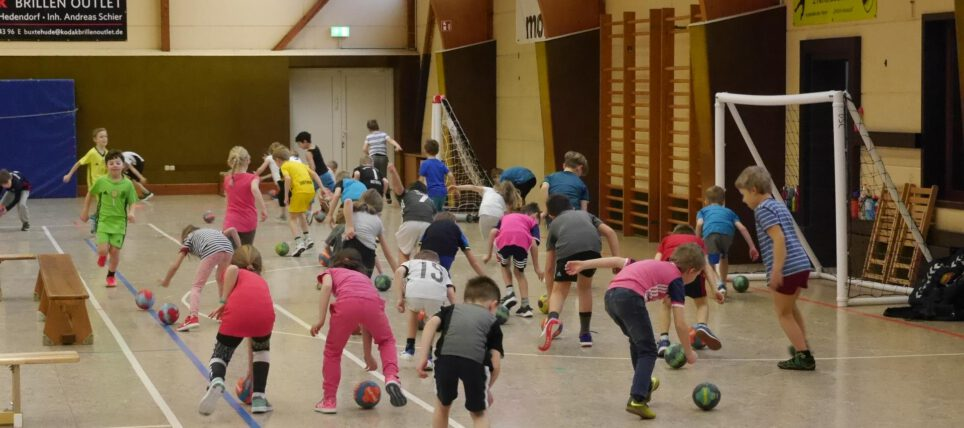 Jugend-Handball: Grundschüler schnuppern Bundesliga-Handballluft in der Mehrzweckhalle.
